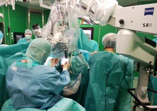 Первая нейрохирургическая операция по удалению внутримозговой опухоли с пробуждением